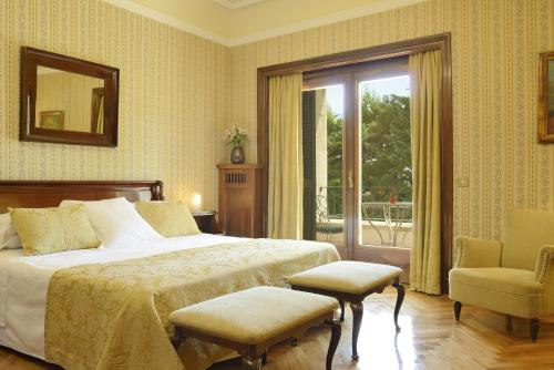 Habitación Doble Clásica con cama supletoria y acceso a la tarraza y al spa Hostal de la Gavina GL 1