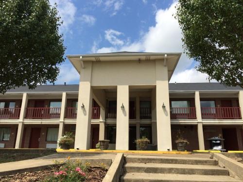 Oak Tree Inn Macon front view