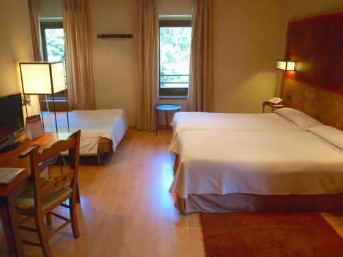 Habitación Triple Estándar  Hotel Santa Cristina Petit Spa 3