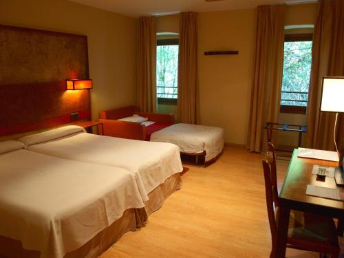 Habitación Doble con cama supletoria - 1 o 2 camas Hotel Santa Cristina Petit Spa 4