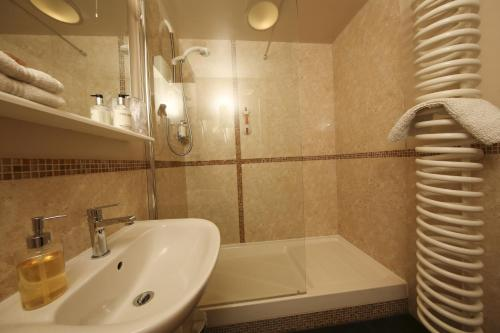 Deluxe Double Room with Shower (The Lodge)