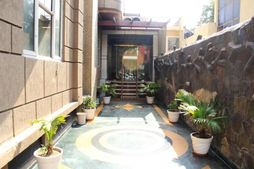 HotelOYO Rooms Rajouri Garden Metro Station