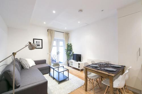 Stay at FG Apartment - Greyhound Road Fulham