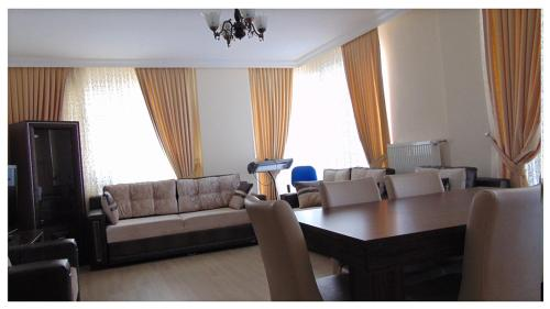 Apartament cu vedere la lac  (Apartment with Lake View)