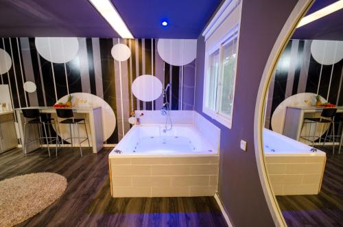 Suite with Spa Bath #4