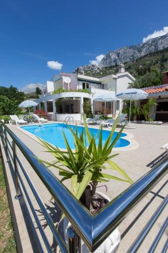 Zwembad Two-Bedroom Holiday Home in Makarska II