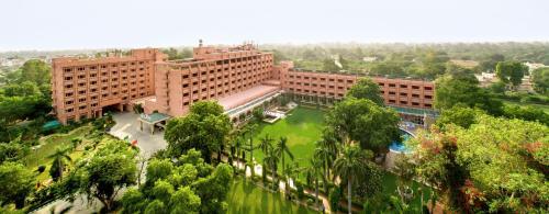 Отель Hotel Clarks Shiraz