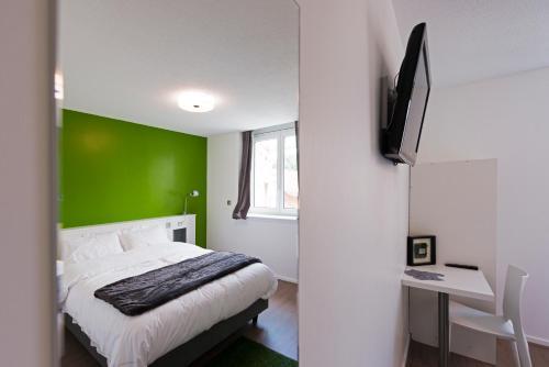 h tel les poteaux carr s h tel 33 avenue denfert rochereau 42000 saint tienne adresse horaire. Black Bedroom Furniture Sets. Home Design Ideas
