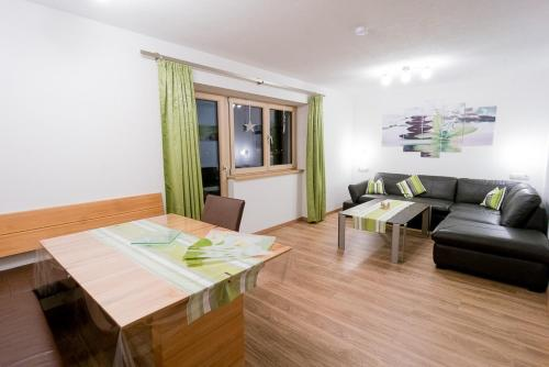 Divu guļamistabu apartaments ar balkonu (Two-Bedroom Apartment with Balcony)