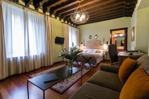 Deluxe Family Room Palacio de Mariana Pineda 9