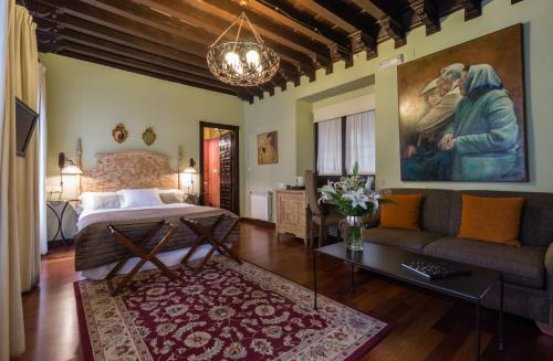 Deluxe Family Room Palacio de Mariana Pineda 10