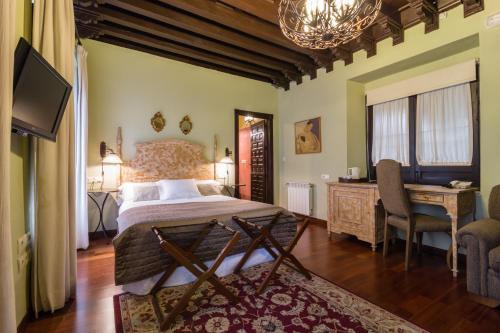 Deluxe Family Room Palacio de Mariana Pineda 1