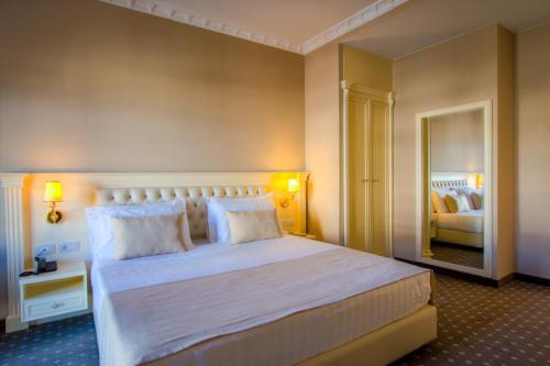 Deluxe Queen Room with Free Airport Transfer