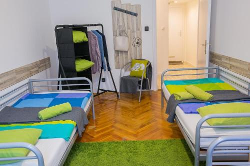 En seng i en sovesal (One Bed in a Dormitory)