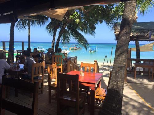 Bananarama dive beach resort west bay roatan for Roatan dive resort