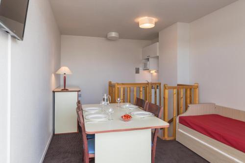 appart 39 city la rochelle h tel 8 rue franc lapeyre 17000 la rochelle adresse horaire. Black Bedroom Furniture Sets. Home Design Ideas