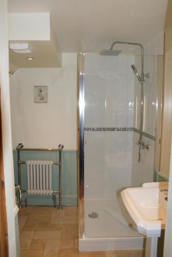 Standard - Mäevaatega (Deluxe King Room with Shower)