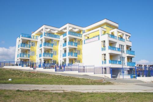 Yellow and White Apartments, Лозенец