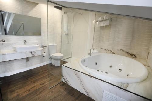 Suite with Spa Bath Hotel Spa San Marcos 3