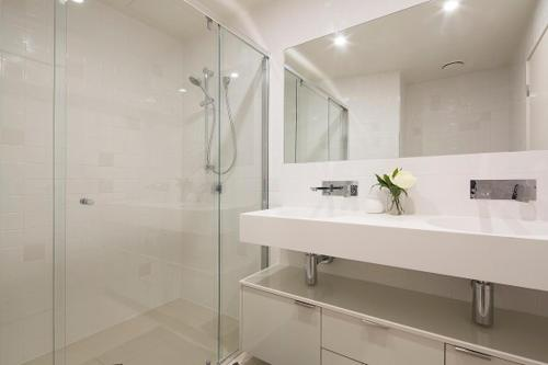 Bathroom P2B 3BR Bulimba - Uptown Apartments