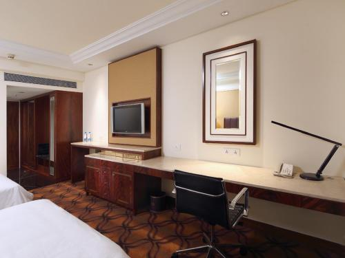 Sheraton Club Twin Room - Smoking - Two Way Airport Transfer with Club Benefits