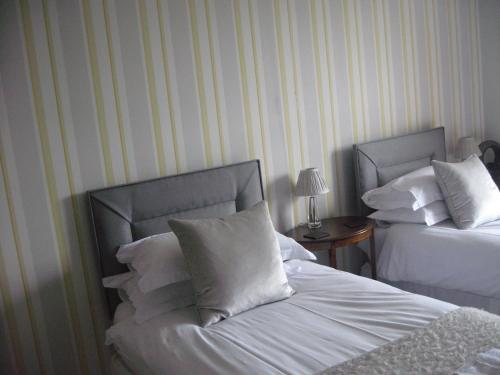 Doppel- oder Zweibettzimmer mit eigenem Badezimmer (Double or Twin Room with Private Bathroom)