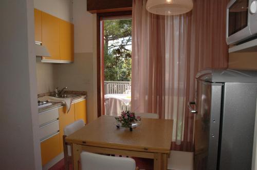 Condominio bianco nero lignano sabbiadoro for Appartamenti lignano
