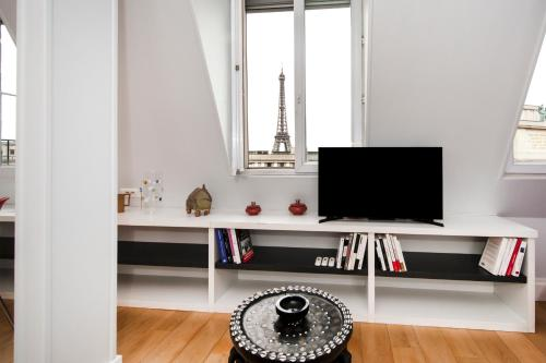 Pick a Flat - Eiffel Tower View Studio