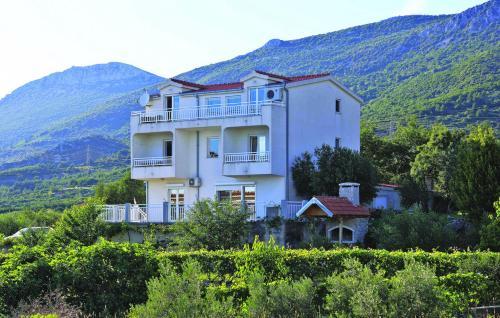 One-Bedroom Apartment Kastel Kambelovac with Sea View 04