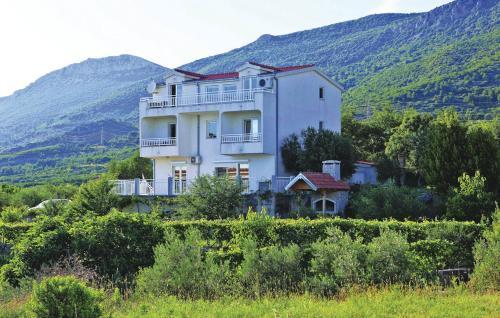 Two-Bedroom Apartment Kastel Kambelovac with Sea View 05