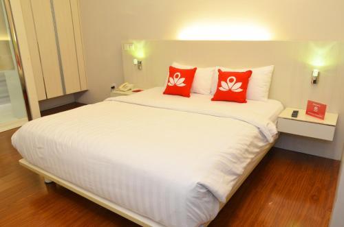 Отель ZEN Rooms Manyar Kertoarjo 3 звезды Индонезия
