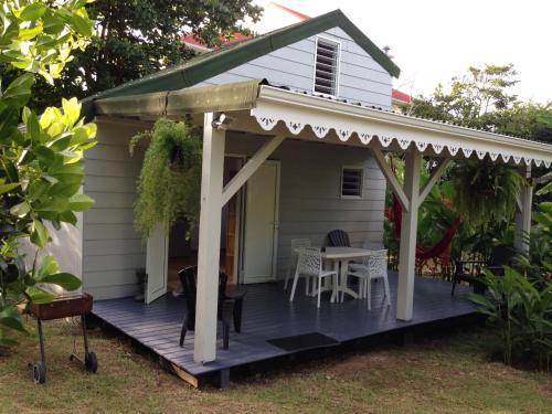 Un bungalow dans mon jardin fleuri baie mahault baie for Boutique dans un jardin