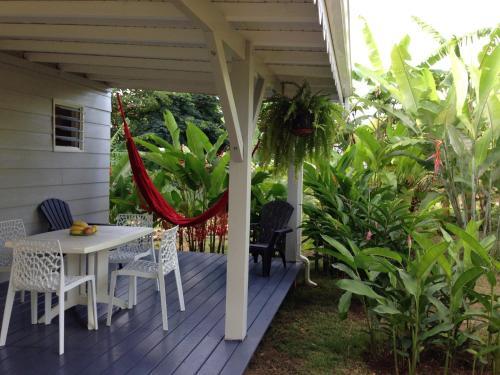 Un bungalow dans mon jardin fleuri baie mahault baie for Composer un jardin fleuri