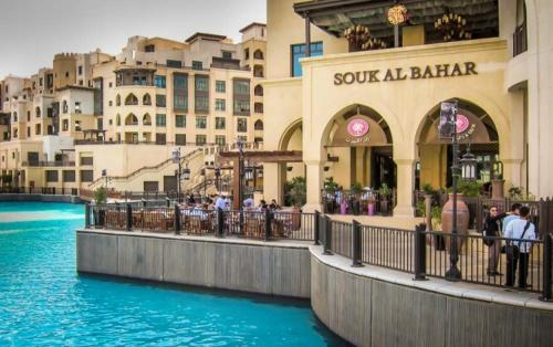 Downtown Souk Al Bahar Apartment with Full Fountain and Burj Khalifa Views, Dubaj