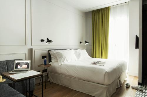 Petite Double Room TÓTEM Madrid, a Small Luxury Hotel of the World 1