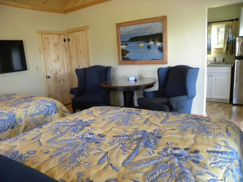 Superior Double Queen Cottage with Kitchenette and Sea View