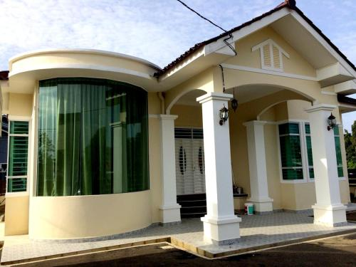 3 Bedroom Villa (1 King, 2 Queen, 3 Single beds)