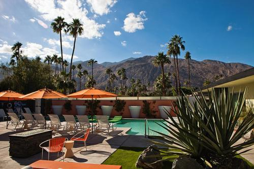 Piscina Century Palm Springs A Gay Men's Clothing Optional Resort