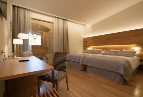 Superior Double Room with Free Parking Hotel Real Colegiata San Isidoro 14