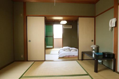 日式客房-帶共用浴室和衛生間 (Japanese-Style Room with Shared Bathroom and Toilet)