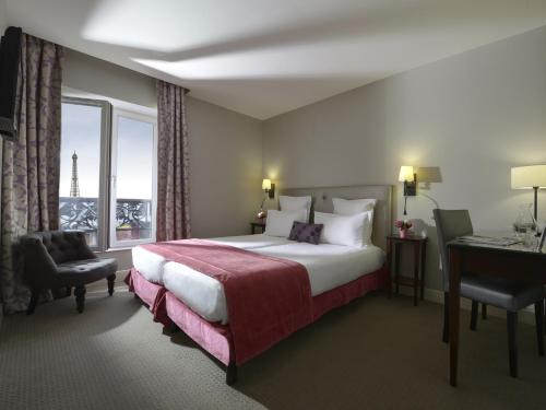 Superior Twin Room with Eiffel Tower View