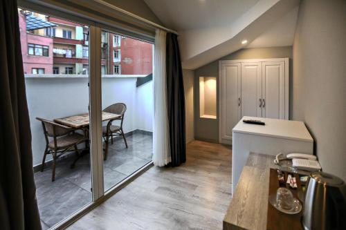 عادية مزدوجة مع شرفة (Standard Double Room with Balcony)