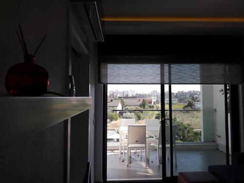 Luxury Pool View Apartment, Side