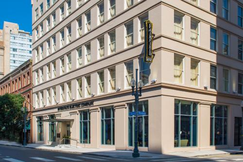 New Orleans Marriott benefits from a prime hotel location on Canal Street, near the legendary streetcars and other French Quarter attractions.