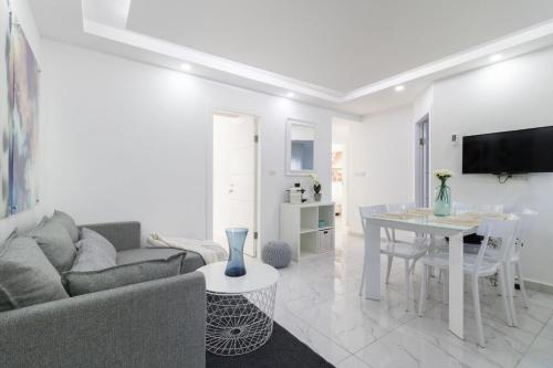 Renovated White 4BR front Mamilla mall