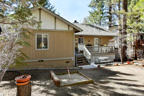 Bear 39 s lair by big bear cool cabins big bear city big for Giant city lodge cabins