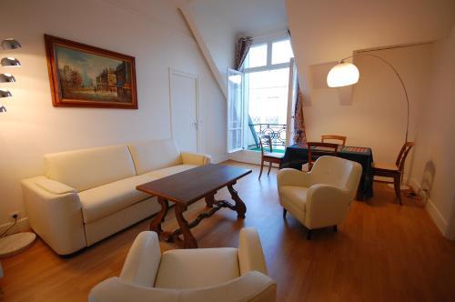 Apartement Champs Elysées Avenue with Terrace