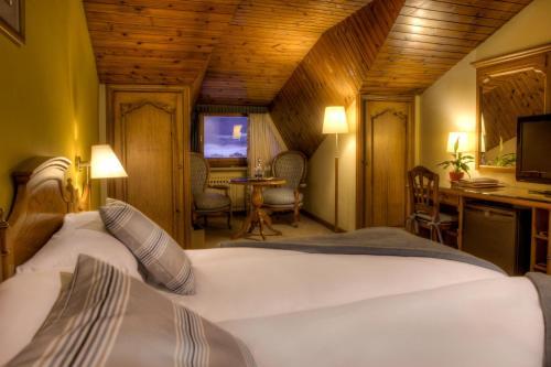 Habitación Doble Ático con entrada al spa El Castell De Ciutat - Relais & Chateaux 6
