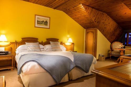 Habitación Doble Ático con entrada al spa El Castell De Ciutat - Relais & Chateaux 5