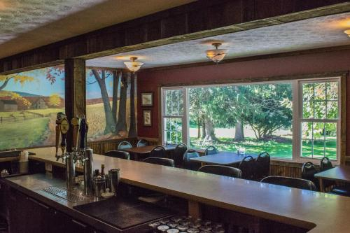 Edgewater Inn & Riverside Grill